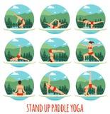 Kobiety robić Stoi Up Paddling joga na Paddle desce na wodzie przy jeziornym góra krajobrazem Stoi Up Paddle joga trening Fotografia Stock