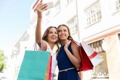 Kobiety robi zakupy selfie i bierze smartphone Obraz Stock