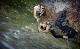 Kobiety rockowy pięcie z karabinkami i arkaną Fotografia Royalty Free