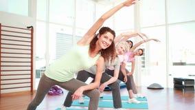 Kobiety rozciąga przy joga klasą zdjęcie wideo