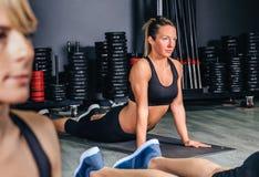 Kobiety rozciągania plecy w sprawności fizycznej klasie fotografia royalty free
