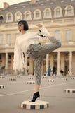 Kobiety rozciągliwości noga na kwadracie w Paris, France fotografia royalty free