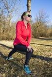 Kobiety rozciąganie przed ranku jog w parku Zdjęcia Royalty Free