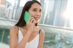 Kobiety rozmowa telefon komórkowy Zdjęcie Stock