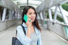 Kobiety rozmowa telefon komórkowy przy plenerowym Zdjęcie Stock