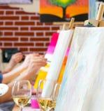 Kobiety rysuje na kanwach podczas masterclass w sztuki studiu, ręki tylko zdjęcia royalty free