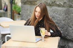Kobiety są ubranym czarną koszula w kawiarni Zdjęcie Stock