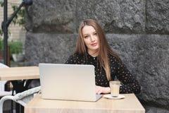Kobiety są ubranym czarną koszula w kawiarni Zdjęcie Royalty Free
