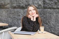 Kobiety są ubranym czarną koszula w kawiarni Zdjęcia Stock