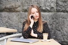 Kobiety są ubranym czarną koszula w kawiarni Zdjęcia Royalty Free