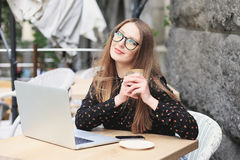 Kobiety są ubranym szkła i czarną koszula w kawiarni Zdjęcie Royalty Free