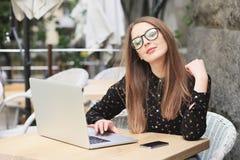 Kobiety są ubranym szkła i czarną koszula w kawiarni Fotografia Stock