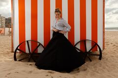 Kobiety słońca piaska buda, De Panne, Belgia obraz royalty free