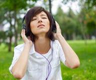 Kobiety słuchająca muzyka na naturze Zdjęcie Royalty Free