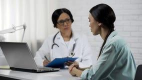 Kobiety słuchanie fabrykuje radę traktowanie, opieka zdrowotna problemy, medycyna zdjęcia stock