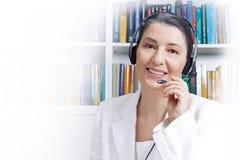 Kobiety słuchawki mikrofonu bielu przestrzeń Fotografia Royalty Free
