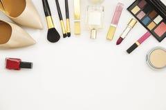 Kobiety ` s akcesoria i kosmetyki Gwoździa połysk, oko cień, muśnięcie, pachnidło, czerwona kosmetyczna torba i naga postać buty, Zdjęcia Royalty Free