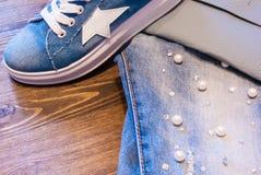 Kobiety ` s akcesoria i odzież Cajgi, kiesa i buty, Zdjęcie Royalty Free