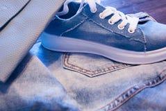 Kobiety ` s akcesoria i odzież Cajgi, kiesa i buty, Zdjęcie Stock