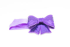 Kobiety ` s akcesoryjne purpury one kłaniają się na kierowniczej kapitałce dla dziewczynki odizolowywającej na białym tle pojęcie Obraz Royalty Free
