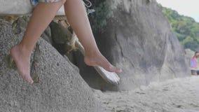 Kobiety ` s cieki na plaży zdjęcie wideo