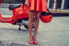 Kobiety ` s iść na piechotę blisko czerwonej hulajnoga Zdjęcie Royalty Free