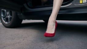 Kobiety ` s iść na piechotę w czerwonych szpilkach kroczy z samochodu zdjęcie wideo