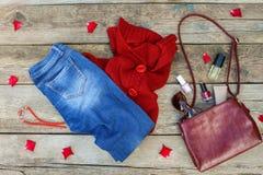 Kobiety ` s jesieni akcesoria i odzież: czerwony pulower, cajgi, torebka, koraliki, okulary przeciwsłoneczni i kosmetyki, Zdjęcia Stock