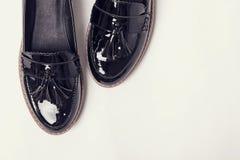 Kobiety ` s lacquered próżniaków buty na białym tle Obrazy Stock