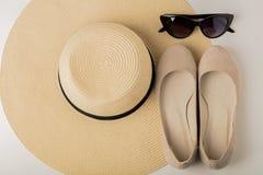 Kobiety ` s lata akcesoria kapelusz, okulary przeciwsłoneczni i buta balet f -, Fotografia Stock