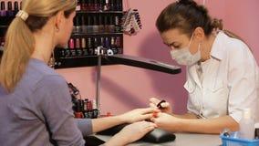 Kobiety ` s manicure, gwoździa połysk zdjęcie wideo