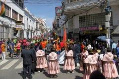 Kobiety ` s marsz Sucre Boliwia, Sierpień 6, -, 2016: tłoczy się marsz przy dniem niepodległości na ulicach Sucre w poparciu dla Obrazy Stock
