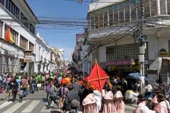 Kobiety ` s marsz Sucre Boliwia, Sierpień 6, -, 2016: tłoczy się marsz przy dniem niepodległości na ulicach Sucre w poparciu dla Zdjęcia Royalty Free