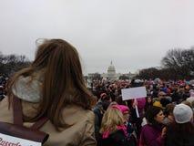 Kobiety ` s Marzec na washington dc, protestujący Zbierał na Krajowym centrum handlowym, USA Capitol w odległości Zdjęcia Royalty Free