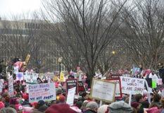 Kobiety ` s Marzec, Protestacyjny tłum, Jesteśmy s kukłą, znakami i plakatami Zmartwionym, Putinowskim, Waszyngton, DC, usa Zdjęcie Stock
