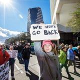 Kobiety ` s Marzec Protestor w W centrum Tuscon, Arizona obrazy royalty free