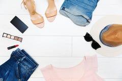 Kobiety ` s moda odzieżowa i akcesoria, odgórny widok z odbitkowym spac Zdjęcie Royalty Free