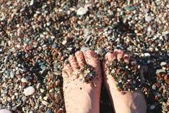 Kobiety ` s Nadzy cieki na pla?y idealna konsystencja t?o piasku obraz stock