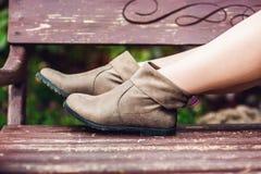 Kobiety ` s nogi w rzemiennych butach parkowa odpoczynkowa kobieta Obrazy Royalty Free
