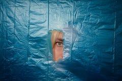 Kobiety ` s oko patrzeje przez dziury zdjęcia royalty free