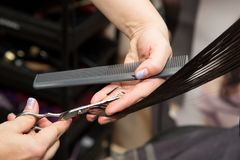 Kobiety ` s ostrzyżenia nożyce przy salonem zdjęcia stock