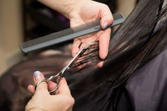 Kobiety ` s ostrzyżenia nożyce przy salonem fotografia royalty free