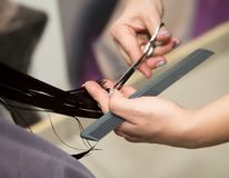 Kobiety ` s ostrzyżenia nożyce przy salonem obrazy royalty free