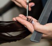 Kobiety ` s ostrzyżenia nożyce przy salonem fotografia stock