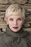 Kobiety ` s portreta blondynka Fasonuje fryzurę, ostrzyżenie, makeup w popielatych cieniach Zdjęcia Royalty Free