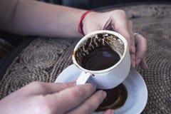 Kobiety ` s ręk chwyta nakrętka turecka kawa, przyglądający spadek, pomyślność Obraz Stock