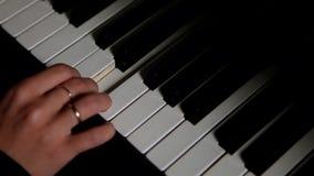 Kobiety ` s ręka bawić się pianino zbiory