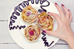 Kobiety ` s ręka bierze jeden trzy jabłczanego muffins Obrazy Stock