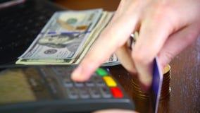 Kobiety ` s ręka płaci bank kartą używać terminal dla zapłaty na tle złociste monety bitcoins _ zbiory wideo