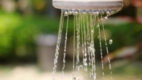 Kobiety ` s ręka pod basen prysznic Ręka zaświecająca jaskrawym światłem słonecznym swobodny ruch 1920x1080, hd zdjęcie wideo